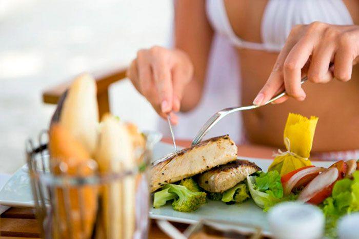 💪БЕЛКОВАЯ ДИЕТА💪 Диета рассчитана на 5 дней. Ожидаемая потеря веса около 6 кг.  Меню белковой диеты  🍜Завтрак: Вареное яйцо, зеленый чай с ломтиком сыра  🍵Второй завтрак:  Тертое зеленое яблоко с морковью. Для большего эффекта можно добавить немного меда, имбиря или корицы.  🍵Обед:  Отварная куриная грудка, либо приготовленная на гриле. Жиросжигающий салат – белокочанная капуста, огурец, сельдерей, лук репчатый, салатный лист. Салат заправить столовой ложкой оливкового или подсолнечного…