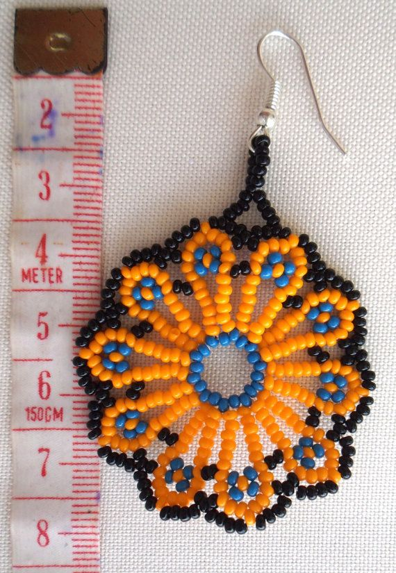 Mexican Huichol Beaded Flower Earrings por Aramara en Etsy