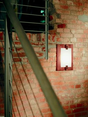 DOMUS 木製ブラケットライト TAURUS  木を贅沢に使用したスクエア型のウッドフレームとグラスを組み合わせたがモダンな印象の存在感があるブラケットライトです。乳白色のガラスを通して柔らかい光が 広がります。