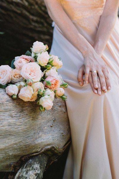Rustic tender wedding bouquet with pink garden roses. Very elegant and classy. #photoshoot #wedding #rustic #girl #summer Нежный букет невесты в стиле рустик с розовыми пионовидными розами. Отлично подойдет для свадьбы на открытом воздухе.