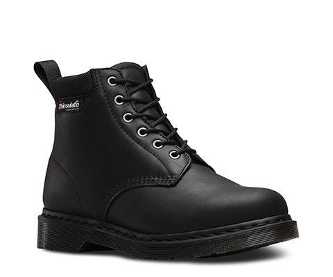 Les bottes 939 à 6 œillets ont été revisitées pour accompagner le changement de saison : le cuir New Laredo et la doublure en nylon ultra-résistant Thinsulate constituent une option idéale par temps froid, et cela évite de multiplier les couches. On retrouve sur ce modèle toutes les caractéristiques propres aux chaussures Dr Martens comme le cousu Goodyear, une forme 417 Last et un col matelassé pour un confort et un soutien parfaits. La surpiqûre, les œillets et la languette au talon ton…