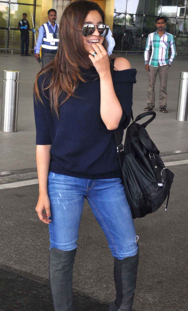 Alia Bhatt spotted at Mumbai airport. For unseen pictures of Alia, click http://momoviez.com/