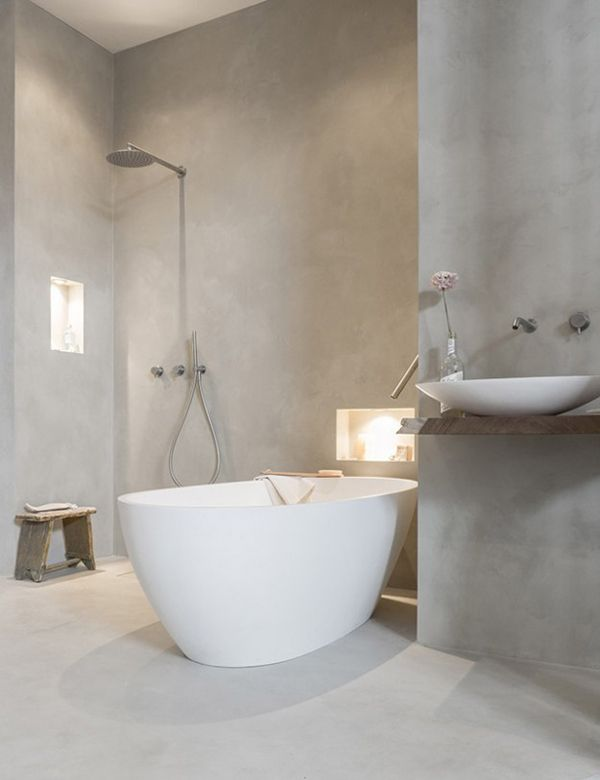 Badkamer met een mooie ligbad en een gave grijze wand (prachtige badkamer met tadelakt)