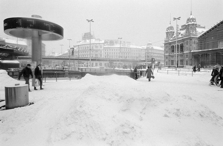 Manapság már néhány centiméter frissen hullott hó is képes megbénítani a főváros életét ‒ nem ritkán a fél országot ‒, és órákon belül kaotikus helyzetet teremt a közlekedésben. Éppen ezért érdemes nosztalgiázni egy kicsit ‒ különösen a legfrissebb időjárási előrejelzés tükrében ‒, és feleleveníteni...