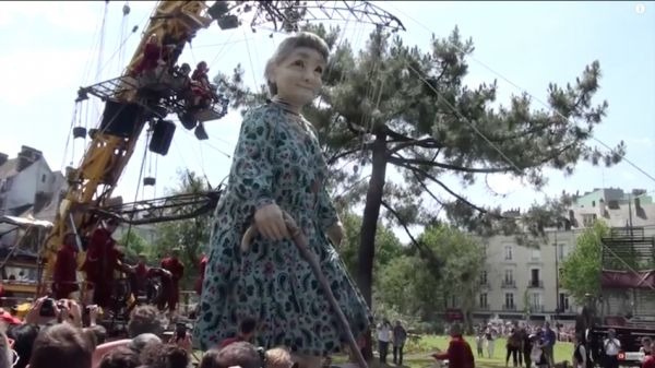 'Le Mur De Planck' Grandmother Giant. Have You Seen the Awesome Royal de Luxe and Their Spectacular Giant Puppets? http://www.visiontimes.com/2015/07/09/have-you-seen-the-awesome-royal-de-luxe-and-their-spectacular-giant-puppets.html