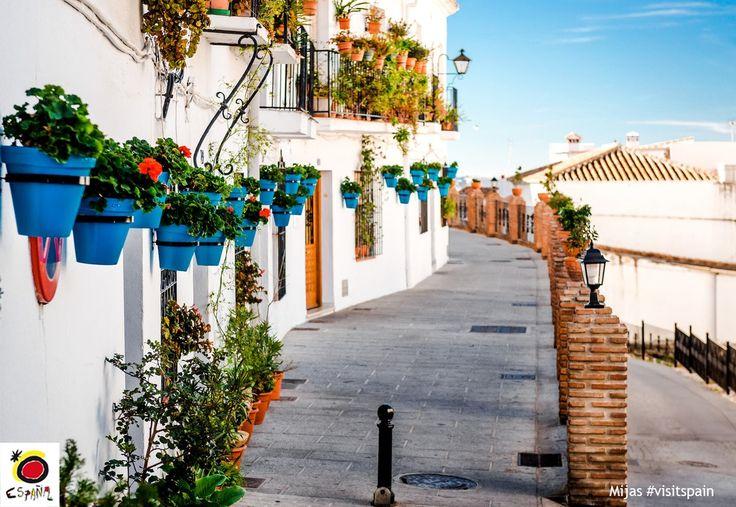"""""""マラガに点在する白い村の中でも日本から訪れる観光客に長く愛されているミハス。地中海を望みながら絵になる小路をぶらぶら散策するのが魅力。アンダルシアの玄関口マラガからバスで約1時間45分という気軽に日帰り旅行ができるのも人気です。#スペイン #ミハス"""""""