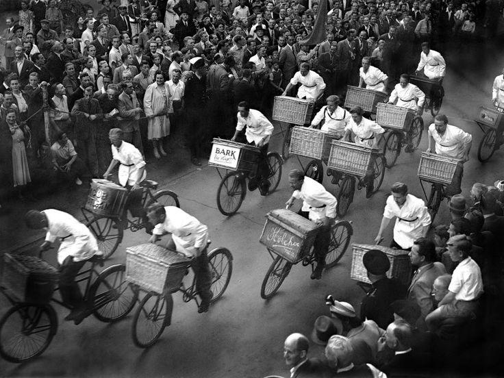 4 juli 1949 - Slagersjongens doen mee aan de jaarlijkse fietswedstrijd in Amsterdam.