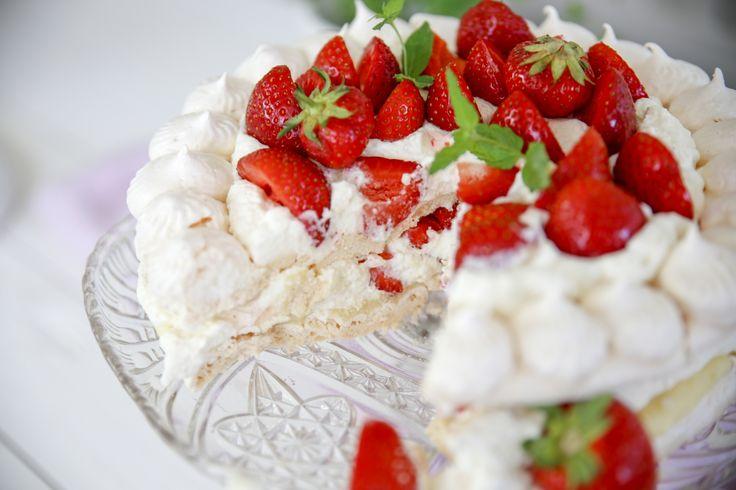 Underbar marängtårta med jordgubbar och vit choklad!