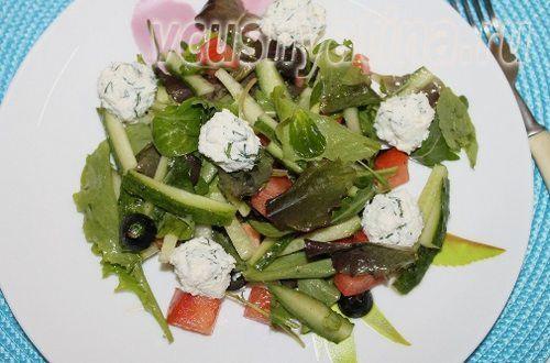 Салат с фетой овощами и рукколой