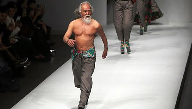 En la actualidad el hombre tiene 80 años y se ha convertido en símbolo del lema 'Nunca es tarde para' Moda. El chino, Deshun Wang desfiló por primera vez en la semana de la Moda de China, su outfit fue un pantalón del diseñador asiático Sheguang HU con el pecho descubierto que para su edad …