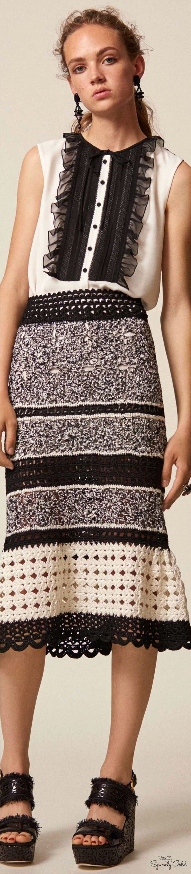Black and white, an old trusty standby. Do it in vintage. FOLLOW ME at http://www.thevintagelighthouse.com/  Oscar de la Renta Resort 2017
