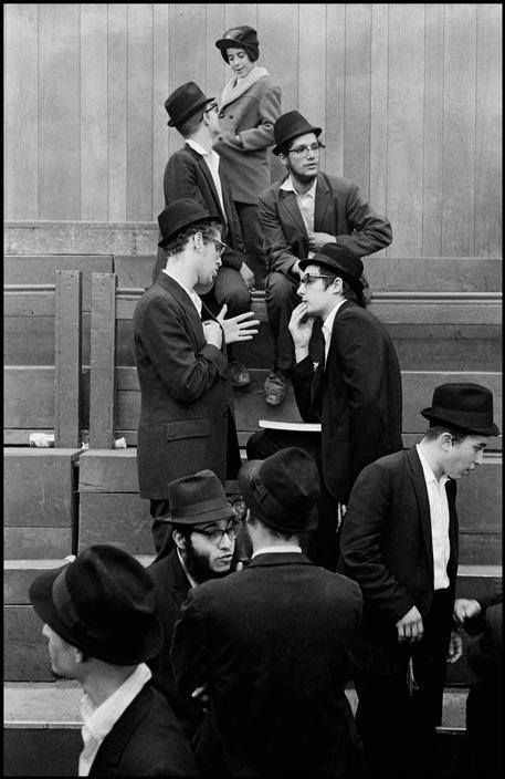 Leonard Freed, Brooklyn, in a synagogue, New York, USA, 1954. © Leonard Freed/Magnum Photo