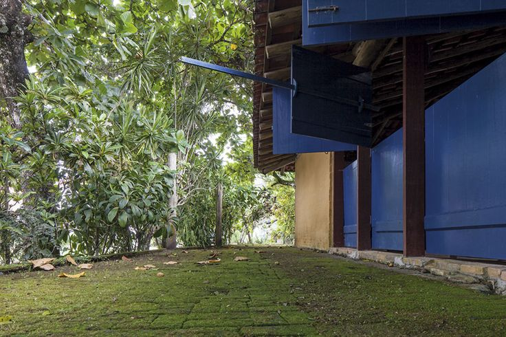 Reportage of a selection of Mendes da Rocha's houses realised between 1963 and 1974.