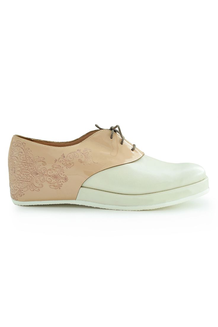 Islamic inspiration flat shoes made from natural leather and embellished with laser-cut arabesque patterns.