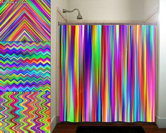 Ce rideau de douche de salle de bains colorée arc-en-ciel chevron multicolore rayure est sûr dapporter la vie dans nimporte quel décor de salle de bains adultes ou enfants.  Dessins et couleurs peuvent être changés et personnalisés pour créer votre rideau personnalisé avec vos propres noms, les textes, les idées graphiques ou de conception. Pour choisir les couleurs de notre nuancier ou les variations montrées sur les photos, simplement inclure une note claire et déterminée lors de la…