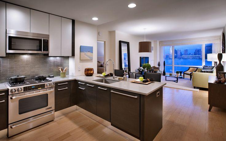 Как правило, это квартиры с одним окном, но встречаются и другие планировки, в том числе – с собственным балконом или небольшой лоджией