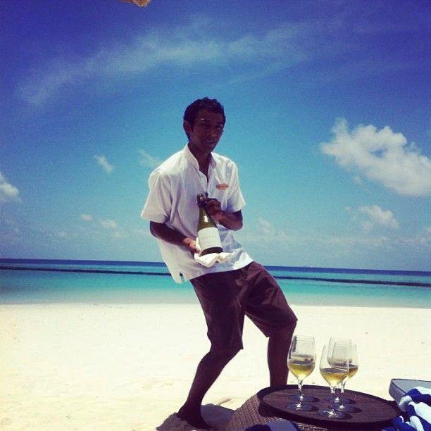 En helt vanlig dag på #maldiverna med bästa tänkbara service och ett underbart strandliv #constance #halaveli #jordenruntmedving #ving #vingresor Läs mer om Maldiverna på http://www.ving.se/maldiverna/maldiverna