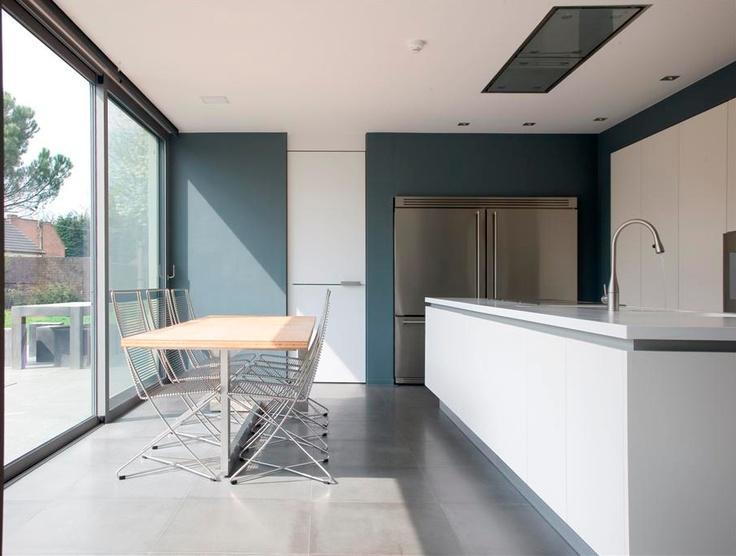 Mooie witte keuken met wit strak blad.