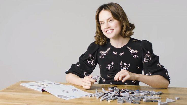 """Daisy Ridley – jedna z gwiazd """"Przebudzenia mocy"""" – zaangażowała się w promocję filmu """"Gwiezdne wojny: Ostatni Jedi"""". Urocza Brytyjka udzieliła magazynowi """"ELLE"""" wywiadu, podczas którego przyszło jej się zmierzyć z zestawem klocków LEGO. http://exumag.com/daisy-ridley-gwiezdne-wojny-ostatni-jedi/"""