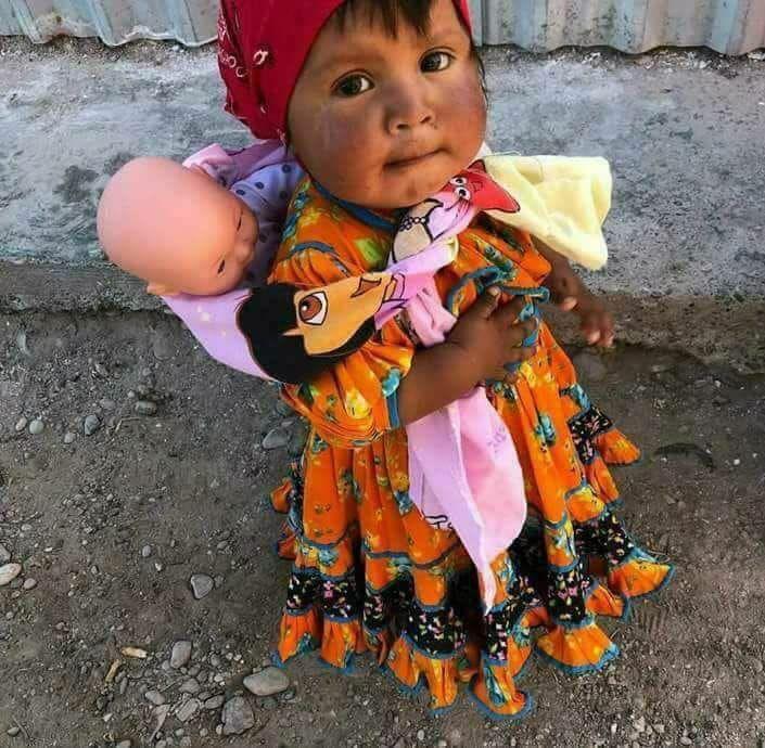 Una muñeca cargando a otra muñeca   Beautiful children, Mexico, Mexico vacation
