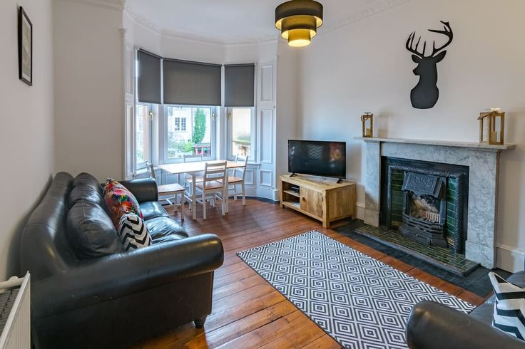 Дом/квартира целиком, Глазго, GB. This newly refurbished tenement flat is located in Glasgow city centre with fantastic views over west end and Campsie hills. Close to Kelvingrove park, shopping, arts and culture venues. Short walk to lots of fantastic restaurants, cafes and bars....