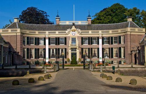Kasteel Groeneveld in Baarn: een indrukwekkende entree, met name door de oprijlaan en de symmetrie in dit aanzicht