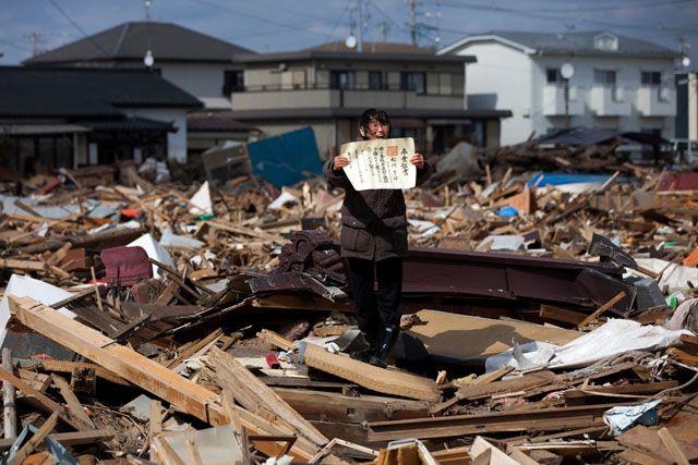 Chieko Matsukawa enseñando el certificado escolar de su hija, encontrado en las ruinas de la ciudad de Higashimatsushima tras el seísmo en Japón, el 3 de abril de 2011.    Ver mas fotos de rinocerontes en fotosmundo.net