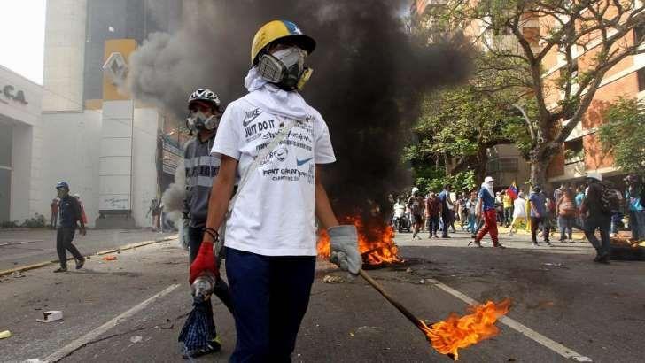 """<p>El Ministerio de Asuntos Exteriores y de Cooperación desaconseja viajar a Venezuela salvo que existan """"razones de extrema necesidad"""", debido a la situación de manifestaciones y enfrentamientos que vive el país que, además, genera """"obstáculos importantes a la hora de desplazarse en coche, incluyendo los accesos a los aeropuertos"""".</p>"""