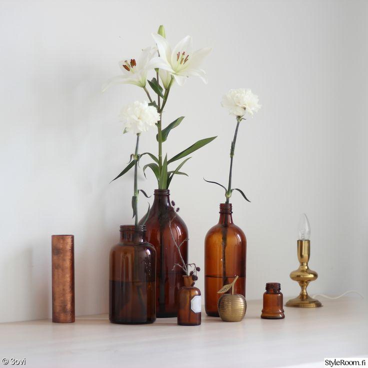 asetelma,ruokailuhuone,kukat,lasipullot,koriste-esineet