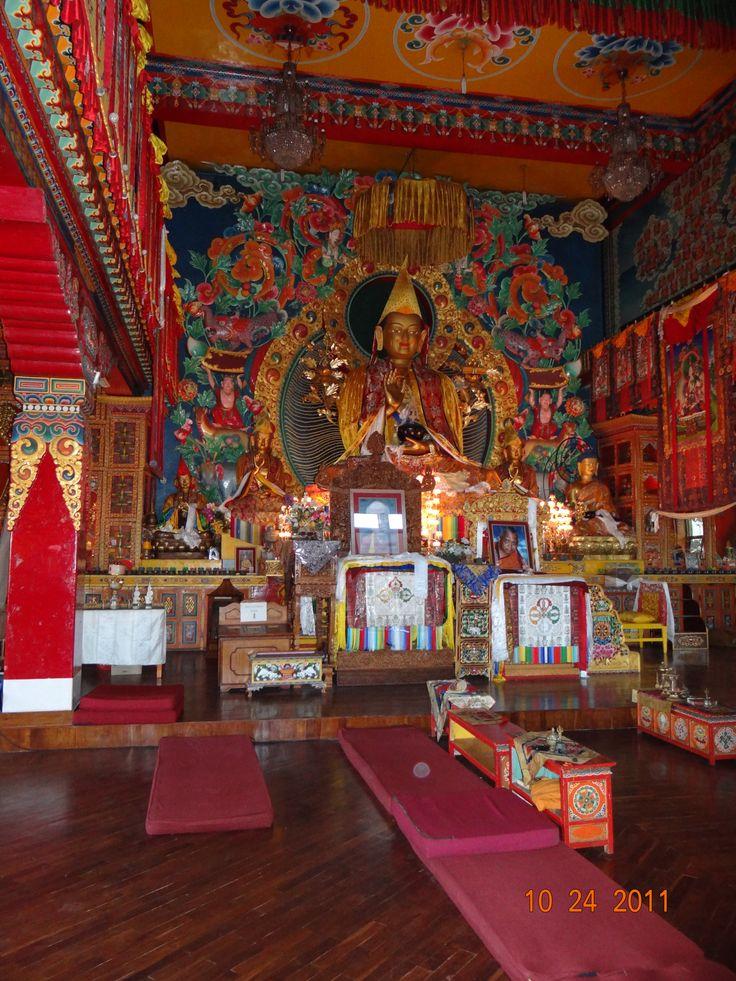 In de tempel, gebedszaal van het Namo Boudha Klooster