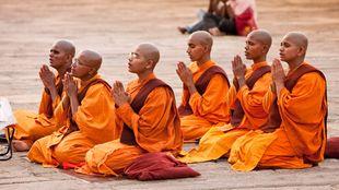Buddhistische Mönche beim Beten. | Bildquelle: dpa Picture-Alliance/Bildagentur Huber