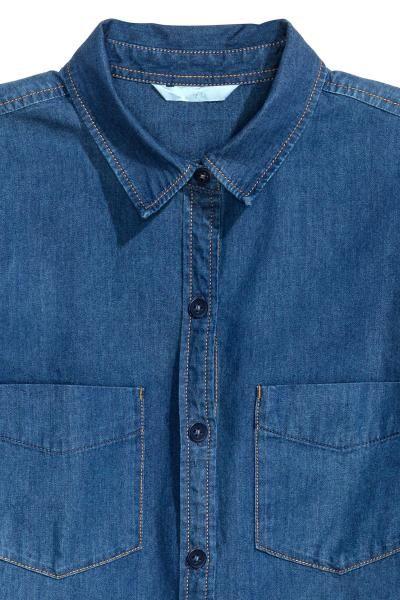 Джинсовая рубашка: Рубашка из стираного денима. На рубашке есть нагрудные карманы, сзади кокетка. Длиный рукав с пуговицами внизу. Скругленный нижний край.