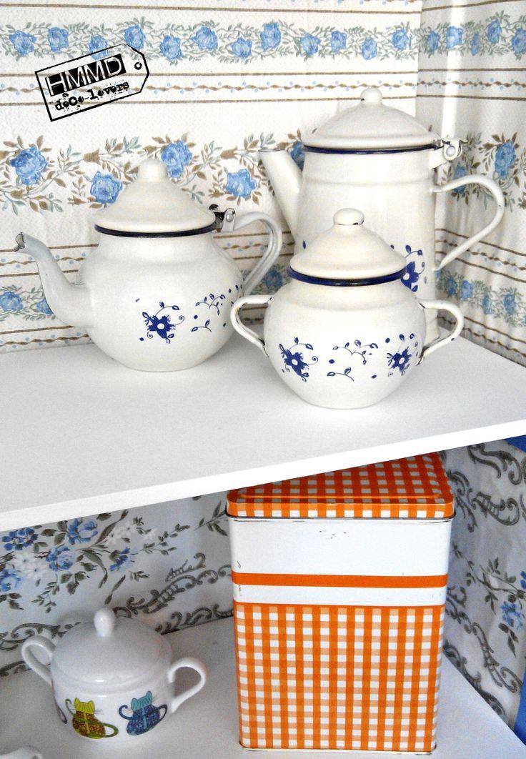 Armario vintage restaurado en azul y papel pintado by hmmd for Decoracion de espacios pequenos