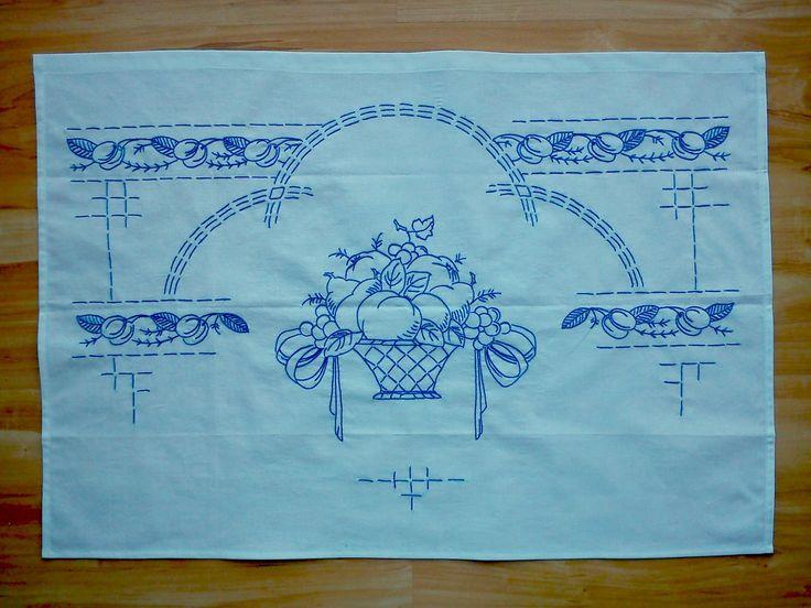 vyšívaná kuchařka Ručně vyšívané bavlněné bílé plátno, rozměr cca 80x60 cm. Možnost po domluvě zhotovit v jiné barvě vyšívky, případně i plátna s dodáním nejpozději do tří týdnů.