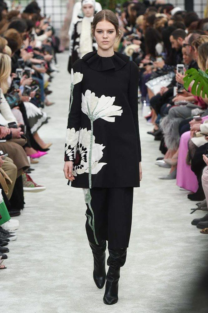 https://www.vogue.com/fashion-shows/fall-2018-ready-to-wear/valentino/slideshow/collection#15
