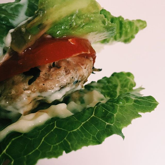 Lettuce bun: turkey burger tested, Sierra approved.👌🏼🍔 #bunstrike #turkey #burger #turkeyburger #tomatoes #garlic #avocado #onions #paleo #whole30 salladswrap lowcarb lowcal hamburgare kalkon kycklingburgare tomat wrap dressing