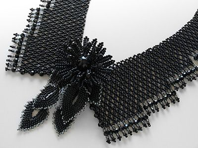 ブラックのお花ブローチ付き衿型チョーカー