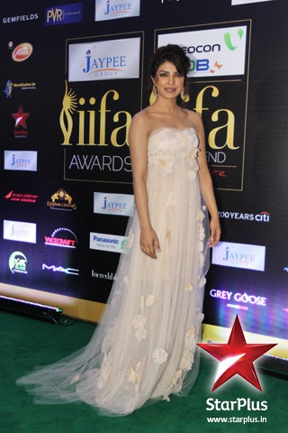 Priyanka Chopra dazzles with an off- shoulder beige gown at #iifa