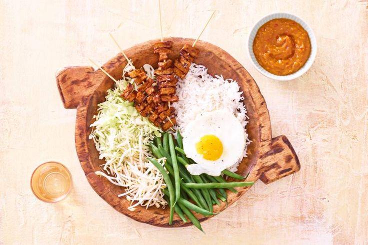 Een heerlijke combinatie van veel verse groente, ei en satésaus.- Recept - Allerhande