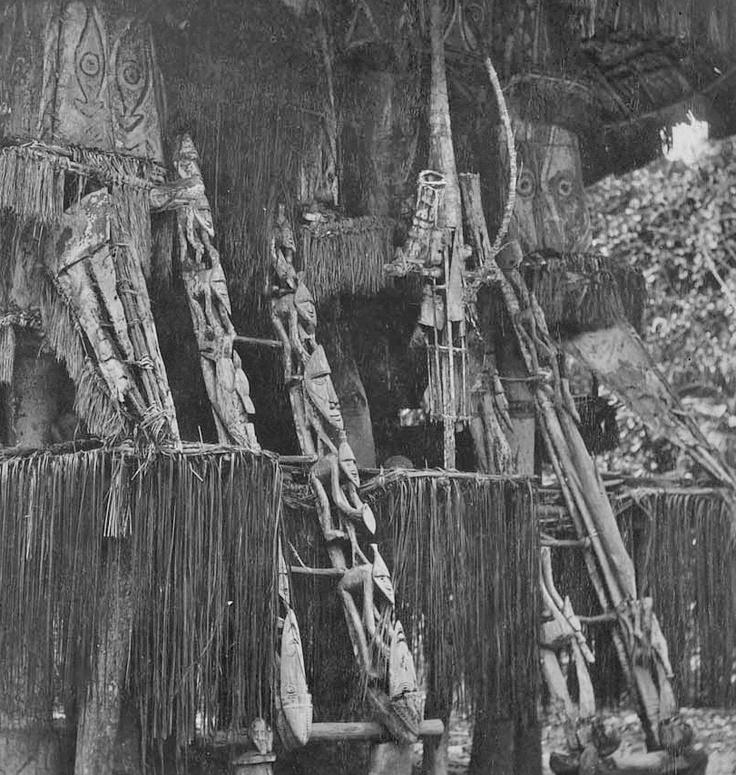 De versiering van de trap van een oude 'Parak', huis voor jonge mannen op Seleo. fotograaf: R. Parkinson 1887-1900 Verv.plaats: West Sepik (provincie), Papoea Nieuw-Guinea http://www.geheugenvannederland.nl/?/nl/items/VKM01:A285-16/=2=7=530=papoea=%28papoea%29/