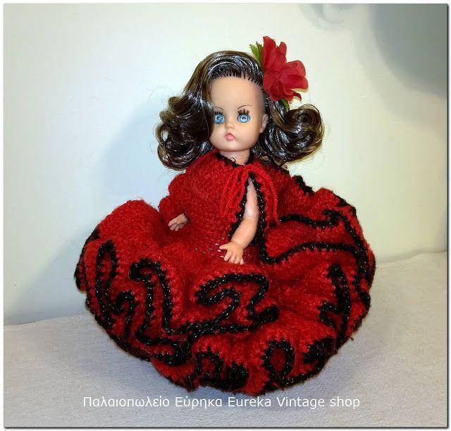 Την θυμάστε; Την κούκλα το πλεκτό χειροποίητο φόρεμα να κάθετε επάνω στην τηλεόραση τις δεκαετίες 70 και 80;  Ελληνική κούκλα Μπέλλα  από την δεκαετία 1970's. Είναι σε πολύ καλή κατάσταση με φυσιολογική χρήση και φθορά. Το φόρεμα της είναι πολύ καλοφτιαγμένο, χειροποίητο σε σπανιόλικο στυλ. Ύψος 29εκ.