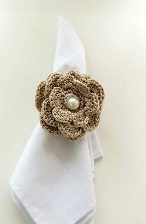 Este porta guardanapo foi feito para o casamento da minha prima. Feito em crochê com detalhe em pérola. http://facebook.com/KfofoDasArtes