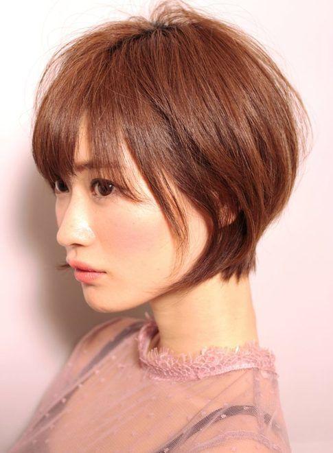 襟足スッキリなフェミニンショート【e's】 襟足がスッキリだけれども、丸さを意識して柔らかく女性らしくカットしてあります!!サイドの毛の長さを少し残すことで短すぎない印象に仕上がります。 全体的に前下がりのラインで切ってあるのですが、前髪をマッシュラインにすることで大人可愛い印象に!!頬に沿う毛で小顔効果も!! ≪#shorthair #shortstyle #shorthairstyle #hairstyle #ショート #ヘアスタイル #髪形 #髪型≫