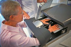 Het Maxima Medisch Centrum in Eindhoven heeft een wereldprimeur. De afdeling Reumatologie maakt als eerste gebruik van de HandScan. Met dit apparaat kunnen ontstekingen in de hand en polsen van reumatoïde artritis-patiënten op een scherm zichtbaar worden gemaakt.