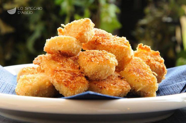 I bocconcini di pollo al forno sono piccoli cubettini di pollo impanati e cotti al forno, anzichè fritti, in questo modo sono più leggeri, ma ugualmente molto gustosi.