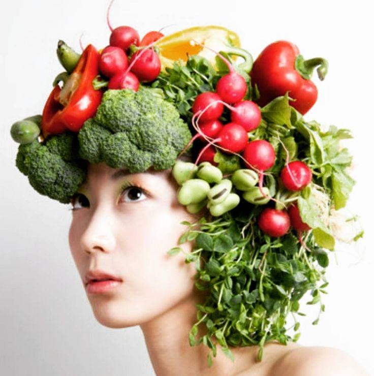 Mevsim dalgalanmalarının çok olduğu şu sıralar saç dökülmelerinde artışlar olabilir��Saç sağlığı beslenmemiz ile alkalı olabilmektedir��Saç dökülmesinin nedenleri arasında çevresel faktörler, kronik rahatsızlıklar, stres, hormonal nedenler, genetik yatkınlık, yetersiz beslenme ve bazı ilaç kullanımları olabilir��Saçların uzaması ve güçlenmesinde yardımcı vitaminler A, B1, B2, B5, B9 iken saç köklerini besleyerek saç tellerinin kalınlaşmasını sağlayan mineraller Bakır, Çinko, Demir ve…