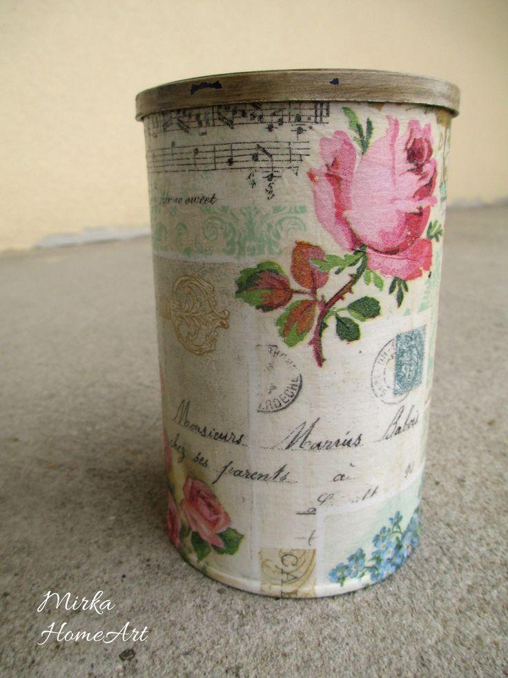 Plechová dóza na všeličo (káva, čaj...). Vyrobená dekupážou, použitá aj patina, akrylová farba, na záver prelakovaná. Vrchnák zvnútra pôvodná farba, tmavomodrá.  http://www.sashe.sk/HomeArt/detail/vintage-plechovka