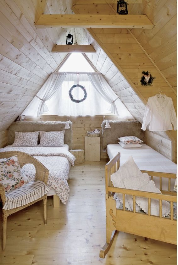 Ahh i love this so much for a guest room! An Atic Room <3
