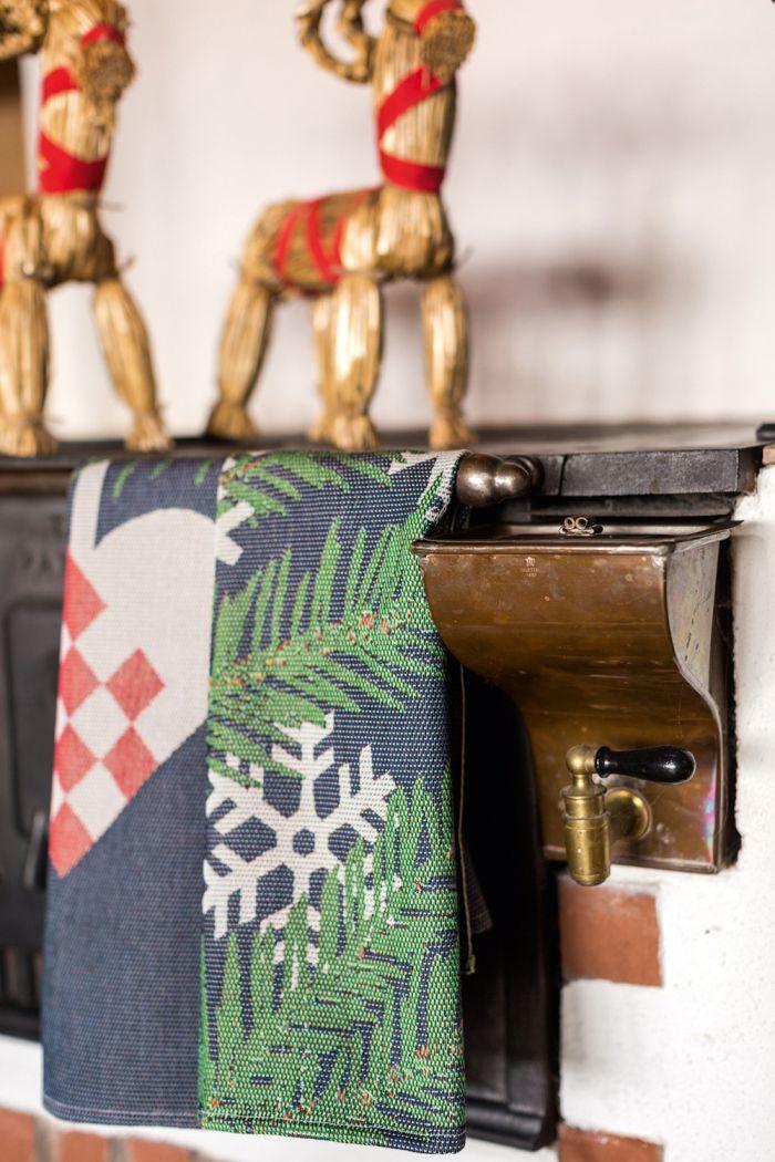 Ekelund Tea/Kitchen Towel - Julhjarta - 16 inch x 23.5 inch - 40 cm x 60 cm - Made in Horred, Sweden. Material: Cotton - Design by Linda Svensson Edevint http://www.scandinavianshoppe.com/store/p/2072-Ekelund-Tea/Kitchen-Towel-Julhjarta.html