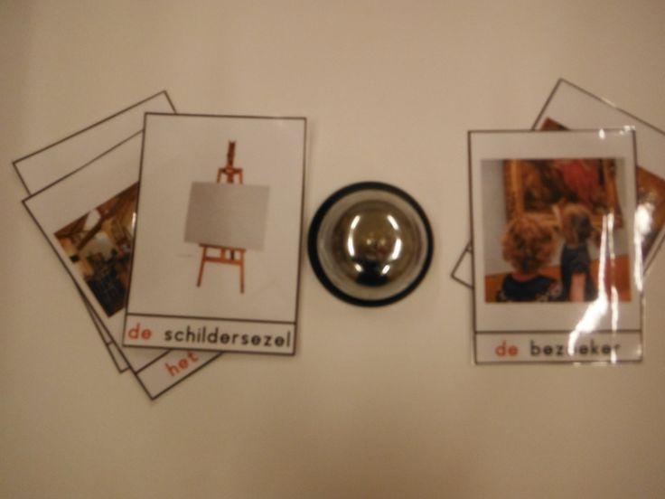 raad de kaart. 3 spelers, woordkaarten van het thema en een piccolobel (action). 1 speler heeft de woordkaarten en beschrijft deze zonder het woord te noemen. wie het eerst op de bel drukt mag het antwoord geven. is het goed dan krijgt deze de kaart is het fout mag de ander de kaart.